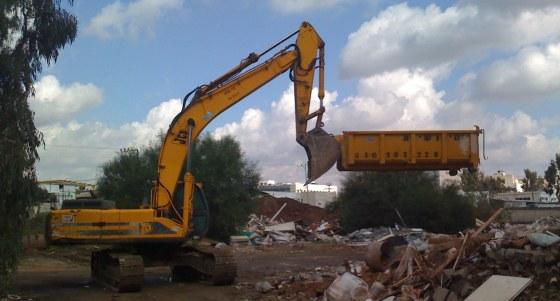 עבודות הריסת מבנה עם באגר / מחפר ופינוי פסולת בניין ההריסה