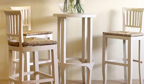 כסאות לבנים לפינת ישיבה