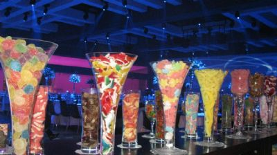 וואזות מלאות בסוכריות וממתקים מבית מתוקי'ס