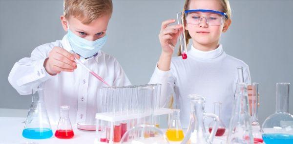 ילדים בשיעור כימיה