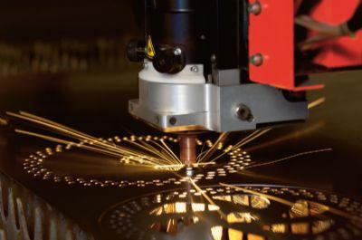 מכונת חיתוך בלייזר בפעולה