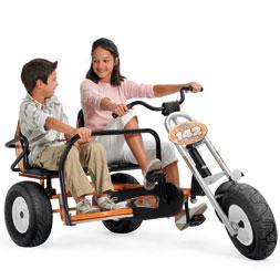 ילדים רוכבים על מכונית פדלים צ'ופר