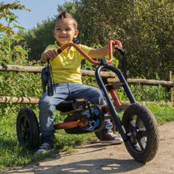 ילד רוכב על מכונית פדלים צ'ופי של ברג
