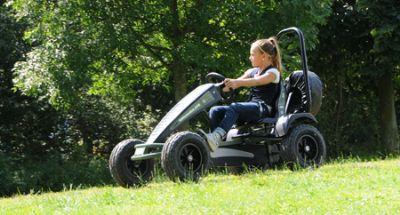 ילדה רוכבת על מכונית פדלים מודל ג'יפ