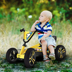 פעוט רוכב על מכונית פדלים באזי של ברג