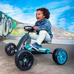 ילד רוכב על מכונית פדלים באזי רייסינג