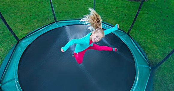 ילדה קופצת על טרמפולינה של חברת ברג