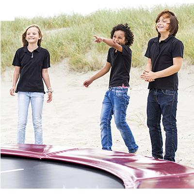 ילדים עומדים ליד טרמפולינה