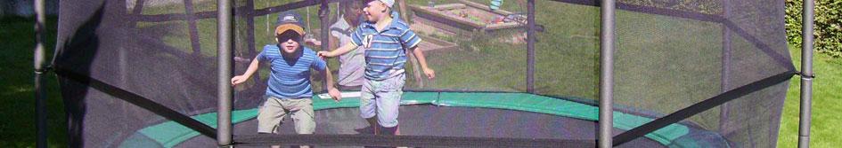 ילדים קופצים בטרמפולינה של חברת ברג