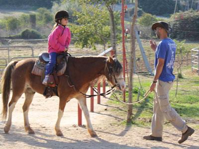 סוסים וחיוכים - רכיבה טיפולית